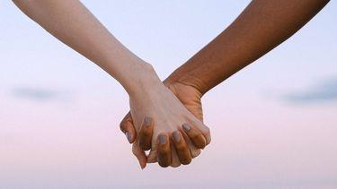 handen van mensen die elkaar vertrouwen