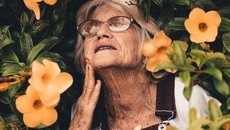 vrouw die aan het ouder worden is