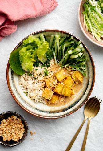 Recept vegan saté-bowl met krokante tofu 2