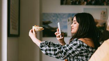 vrouw maakt foto van eten
