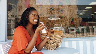 Vrouw eet bakje ijs