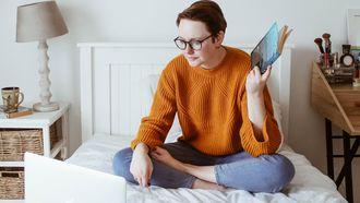 meisje met laptop op bed