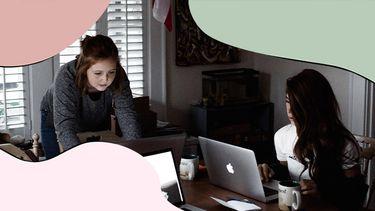 twee meisjes werken thuis aan tafel