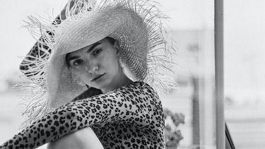 vrouw met hoed op
