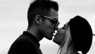 man en vrouw die lieve gebaren stellen in hun relatie