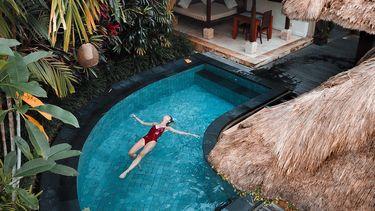 vrouw ligt in zwembad