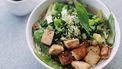 tofu met groenten in kom