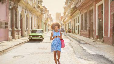 meisje loopt door straat