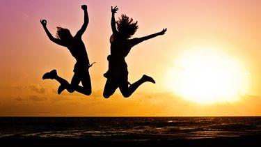 twee mensen springen in de lucht