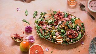 bord vol gezonde en kleurrijk eten volgens Ayurveda