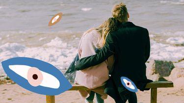 man en vrouw knuffelen op bankje