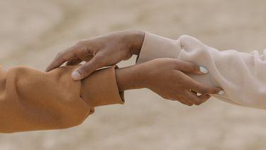 Handen die elkaar vast hebben