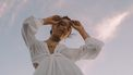 vrouw in witte jurk