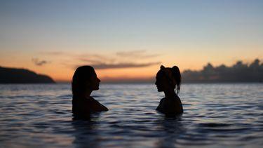 twee mensen in het water