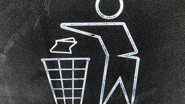 afbeelding van prullebak en man