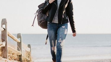 vrouw loopt op strand