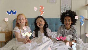 drie kinderen op bed
