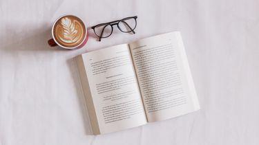 boek, bril en kopje koffie