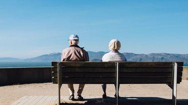 twee oude mensen op een bankje