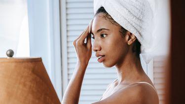 Meisje die haar huid verzorgt