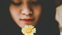 meisje met bloem in hand