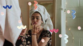 vrouw verzorgd haar gevoelige huid in de spiegel