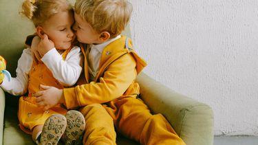 twee kinderen op stoel