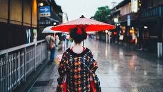 Japanse vrouw op weg naar onsen