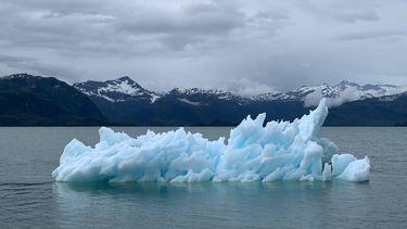 Een smeltende ijsberg in de zee