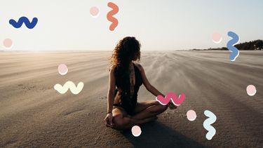 vrouw zit in meditatiepositie op het strand