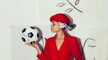Vrouw met een voetbal
