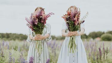 twee meisjes in bloemenveld
