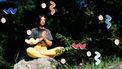 vrouw die mediteert in zon
