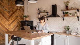 vrouw maakt to-do list in keuken
