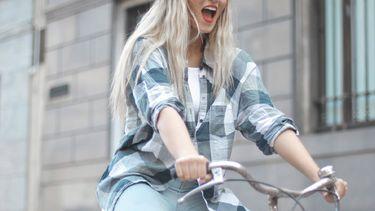 vrouw die aan het fietsen is