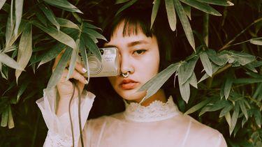 vrouw met analoge camera in hand