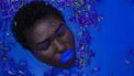 Vrouw ligt in een blauw bad