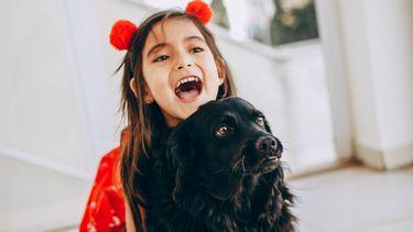 meisje en hond spelen