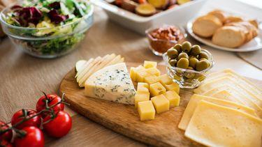 Kaasplankje met kaas, olijven, stokbrood