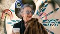 Oma met hoed en koffie