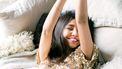 Vrouw die alle 7 manieren om tot rust te komen toepast
