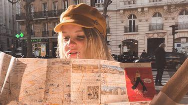 vrouw die aan het kaartlezen is