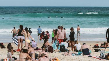 allemaal mensen op een strand