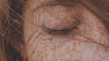 vrouw met ogen dicht