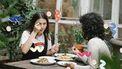 twee vegetariers eten