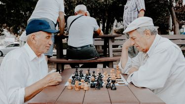 oude mensen spelen spelletjes