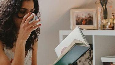 vrouw drinkt koffie op bed