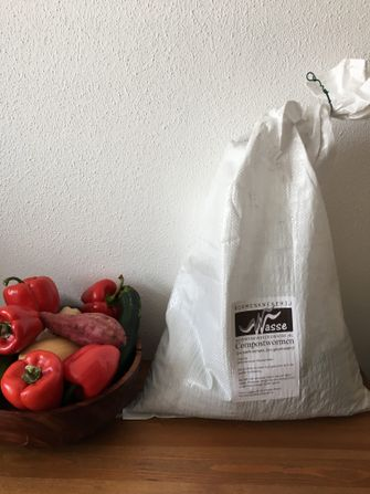 groenten en compostwormen in een zak