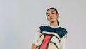 Vrouw die zich heeft laten verleiden door de fast fashion industrie