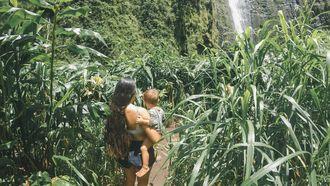 Vrouw en kind in natuur